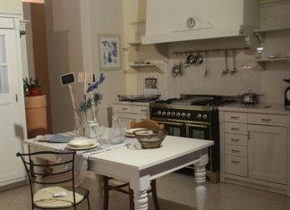 Stół z krzesłami do rustykalnej kuchni